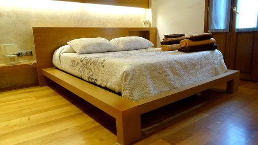 dormitorio con cama de matrimonio en Ochagavía